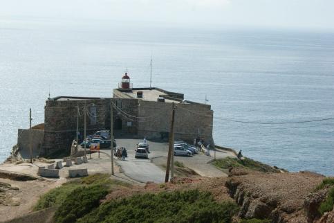 latarnia morska - tutaj uderzają masywne fale o ląd
